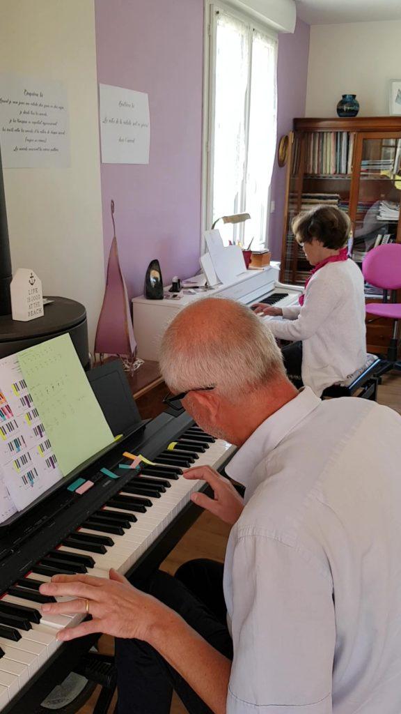 un homme apprenant le piano